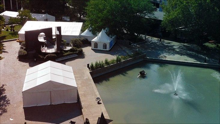 Blick von oben auf Zelte und Teich am Von-Melle-Park 8.