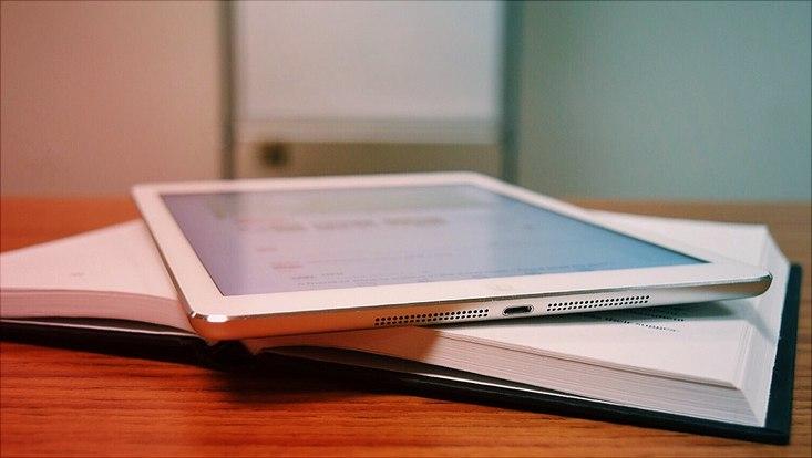 Tablet und Buch