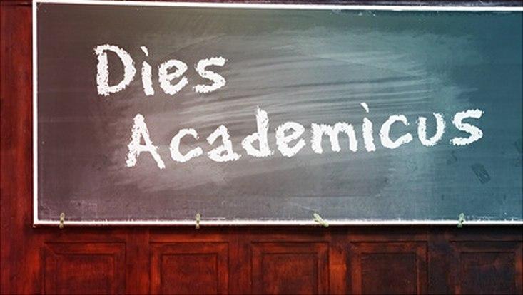Dies Academicus mit Kreide auf Tafel geschrieben