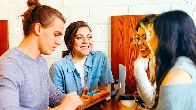Drei Studierende, ein Mann und zwei Frauen, im Gespräch