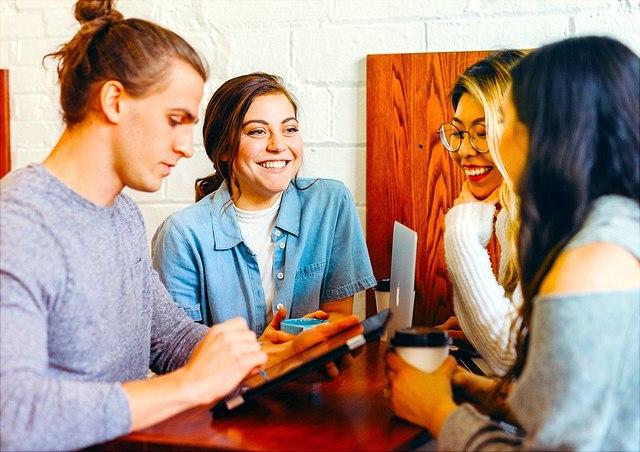 gruupe studieredner am tisch