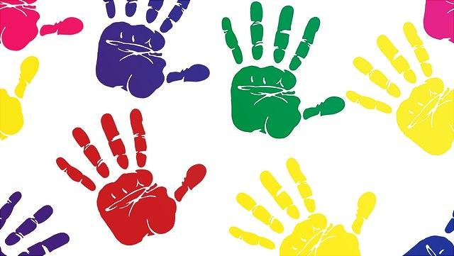 farbige Kinderhände auf weißem Hintergrund