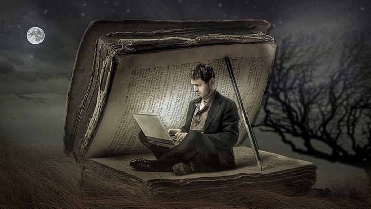 Laptop-Nutzer im Buch