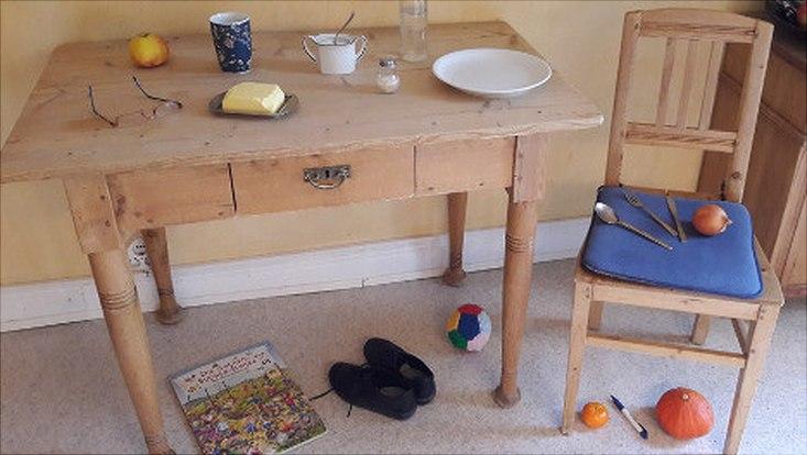 Tisch mit verschiedenen Gegenständen, die Schüler*innen auf Deutsch benennen sollen