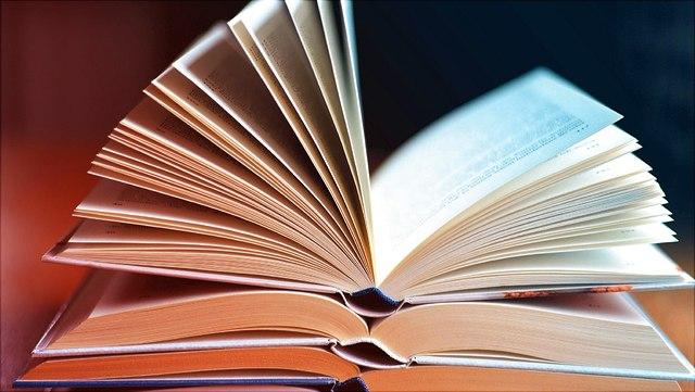 Stapel offenliegender Bücher