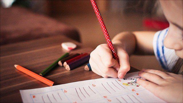 Grundschulkind schreibt