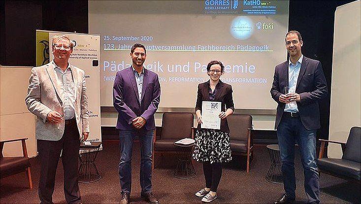Farina Böttjer mit Vertretern der Görres-Gesellschaft bei der Verleihung des Promotionspreises