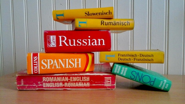 Wörterbücher gestapelt auf Tisch