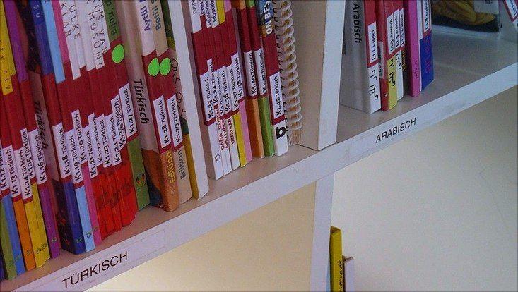 Schülerbibliothek mit türkischen und arabischen Büchern