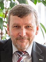 Das Foto zeigt Professor Dobner am Schreibtisch