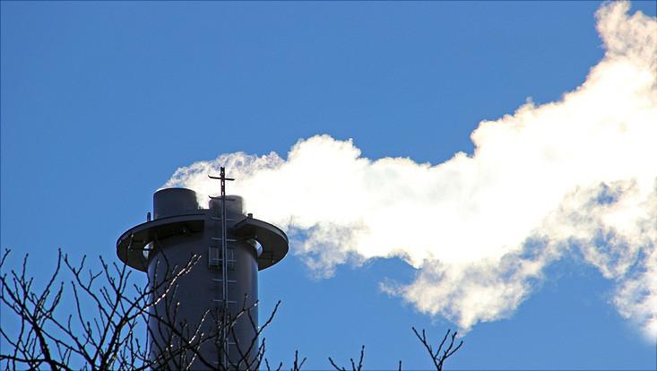 Das Foto zeigt den Schornstein des Blockheizkraftwerkes.