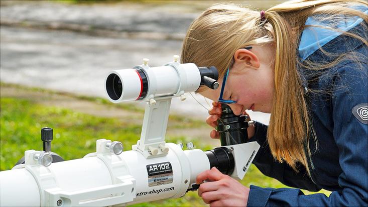 Hier konnten die Mädchen verschiedene Experimente mit unterschiedlichen Teleskopen durchführen.