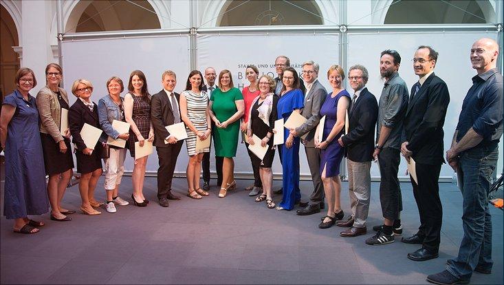 Gruppenbild der Preisträgerinnen und Preisträger des Hamburger Lehrpreises im Lichthof der Staats- und Universitätsbibliothek Hamburg.