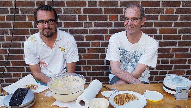 Dr. Julian Glos und Prof. Ganzhorn beim Waffelnbacken auf dem Sommerfest 2018 des Fachbereichs Biologie.