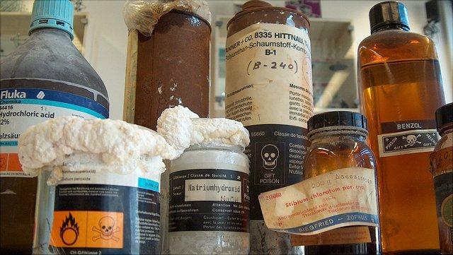 Gebinde mit alten Chemiekalien zur Entsorgung