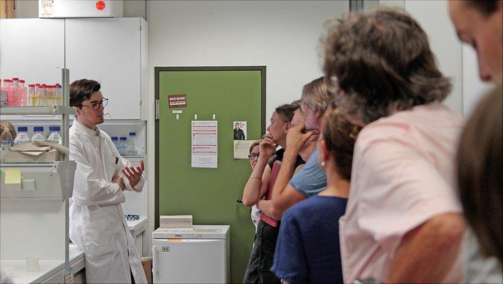Ein Wissenschaftler erklärt seine Arbeit am Institut