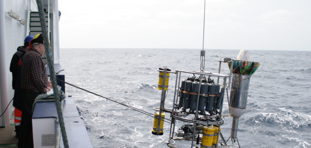 Deployement of an oceanographic measurement device.