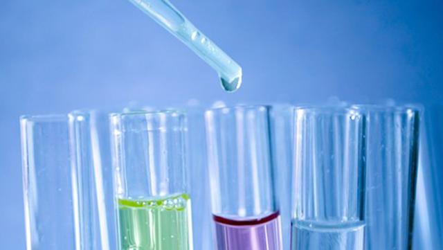 Test mit Pipette und Reagenzgläsern