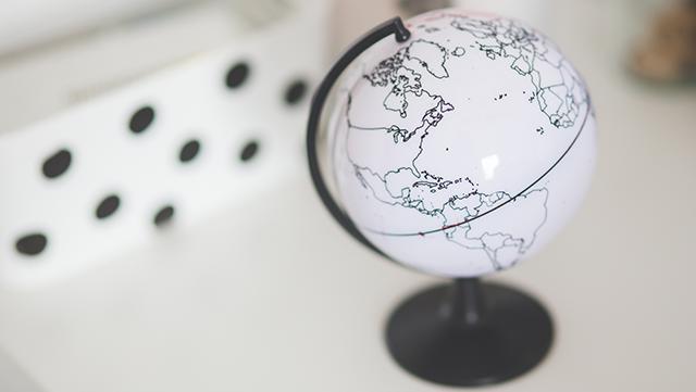 Kleiner Globus auf Schreibtisch