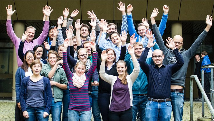 Gruppenfoto der AG Luinstra; Personen strecken ihre Arme in die Luft