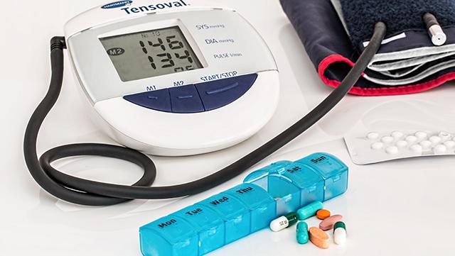 Blutdruckmessgerät und Tabletten