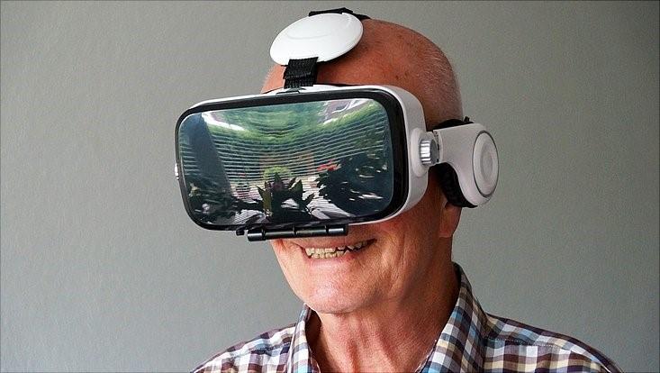 Mann mit VR-Brille.