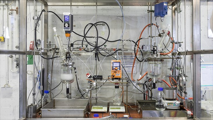 Polymerisationsanlage samt Dosiersystem und inline-Monitoring