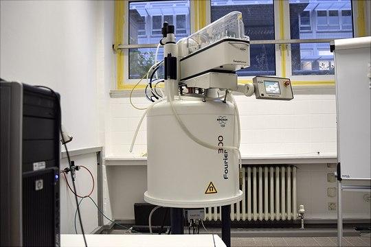 300 MHz NMR-Magnet  in einem Raum vor weißer Wand mit Fensternim Hintergrund