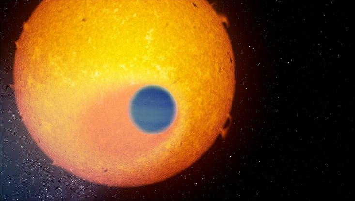 Der beobachtete Planet schiebt sich vor seinen Zentralstern, so dass seine Atmosphäre durchleuchtet wird.