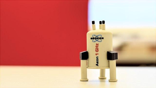 Kunststoff-NMR-Magnet 1 GHz vor rotem Hintergrund