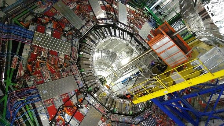 Das geöffnete CMS Experiment mit etwa 15 Meter Durchmesser in der CMS Kaverne etwa 100 Meter unter der Oberfläche.
