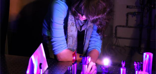 Schülerin am Praseodym-Festkörperlaser