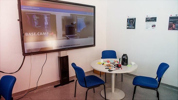 Bildschirm und Besprechungsecke im base.camp
