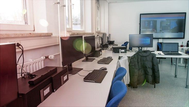 Die Rechner-Arbeitsplätze und Bildschirm im base.camp