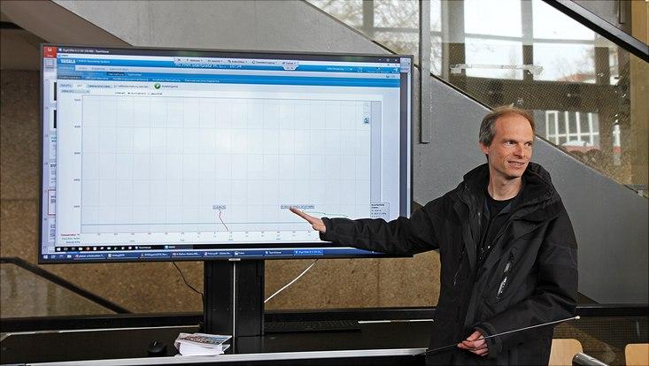 Ingo Lange erklärt die Livemessungen des Wetterballons.