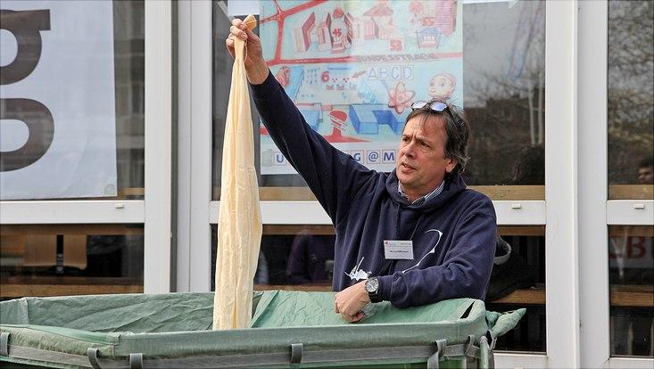 Michael Offermann vom Fachbereich Geowissenschaften zeigt den noch nicht gefüllten Wetterballon.