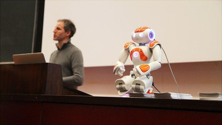 Der kleine Roboter aus dem Fachbereich Informatik kann Emotionen in Gesichtern erkennen.