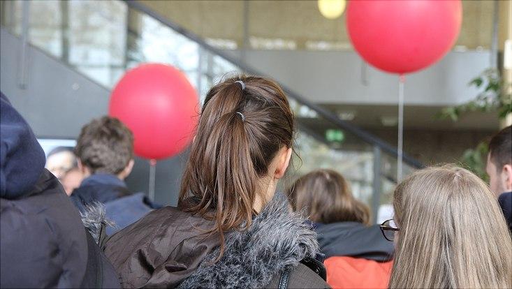Schülerinnen und Schüler hören einen Vortrag über meteorologische Messungen mit Wetterballons.