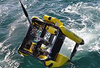 Hochleistungsmessgerät Triaxus wird ins Wasser gelassen.