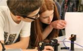 Schüler_innen am Versuch Optische Signalübertragung