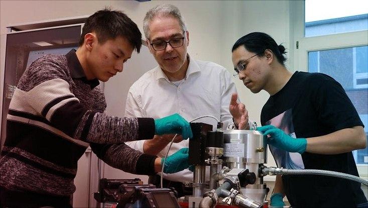 Prof. Dr. Dieter Horns (m.) im Labor mit seinen Mitarbeitern Yikun Goo (l.) und Dr. Le Hoang Nguyen (r.).