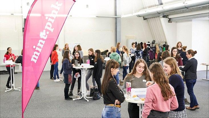 Schülerinnen und Forscherinnen beim Speeddating am Campus Bahrenfeld.