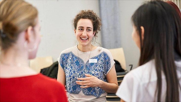 Ayla Nawaz vom Deutschen Elektronen Synchrotron (DESY) im Gespräch mit Schülerinnen.