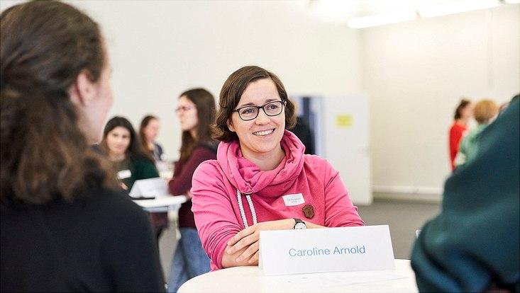 Caroline Arnold vom Center for Free-Electron Laser Science erzählt Schülerinnen von ihrer Arbeit als Wissenschaftlerin.