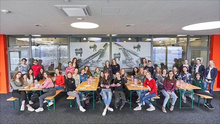 Gruppenbild der Schülerinnen und Wissenschaftlerinnen.