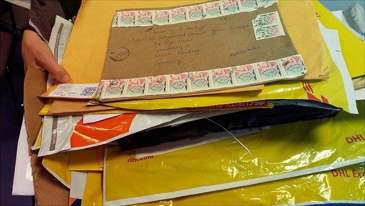 Stapel Briefumschläge aus aller Welt