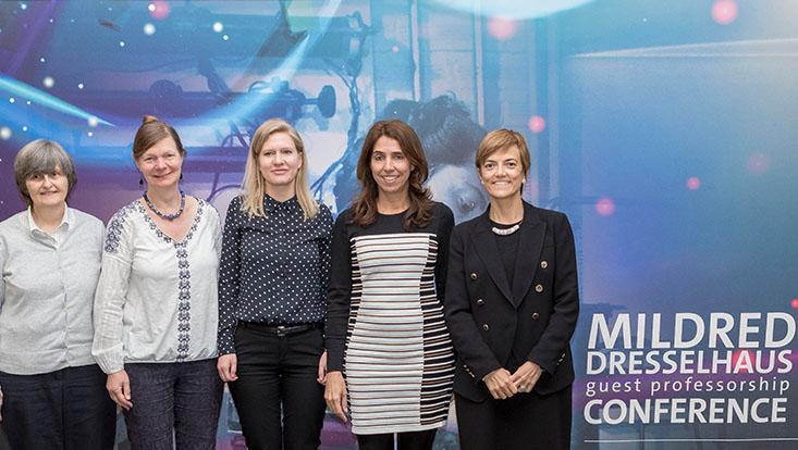 Fünf Preisträgerinnen stehen vor dem Konferenzbanner