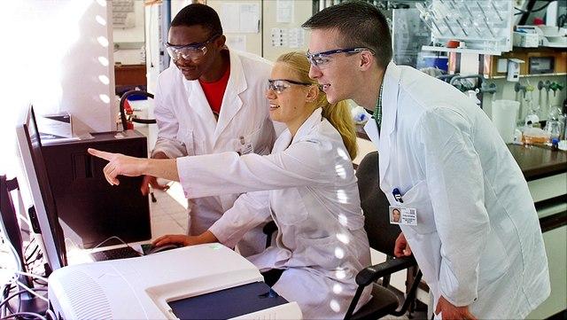 Wissenschaftlicher am Spektrometer