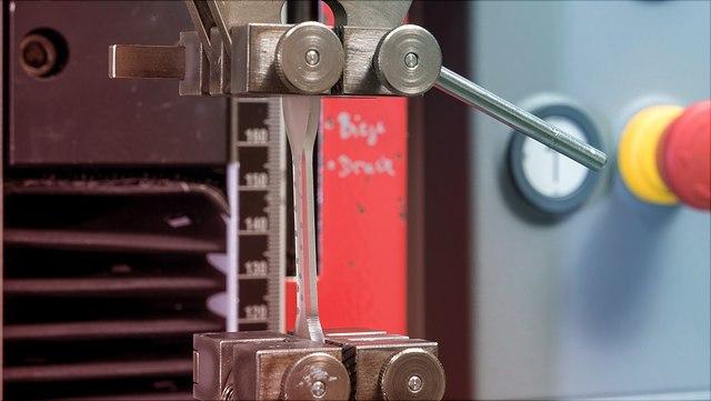 Prüfkörper in Zug-Dehnungs-Maschine