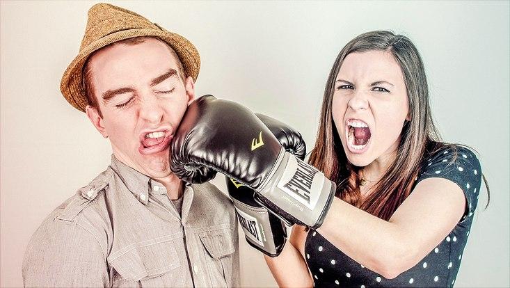 Frau boxt Mann